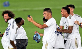 تتويج وفرحة لاعبي ريال مدريد بالليجا