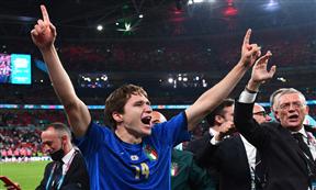 احتفال لاعبي إيطاليا بالفوز على إنجلترا