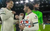 صلاح يحتفل مع لاعبي ليفربول بالفوز على اليونايتد
