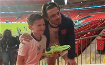 جريليش يهدي حذاءه لمشجع صغير بعد نهائي يورو 2020