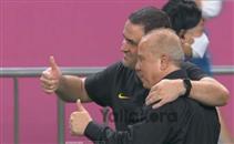 مصافحة بين شوقي غريب ومدرب البرازيل بعد المباراة