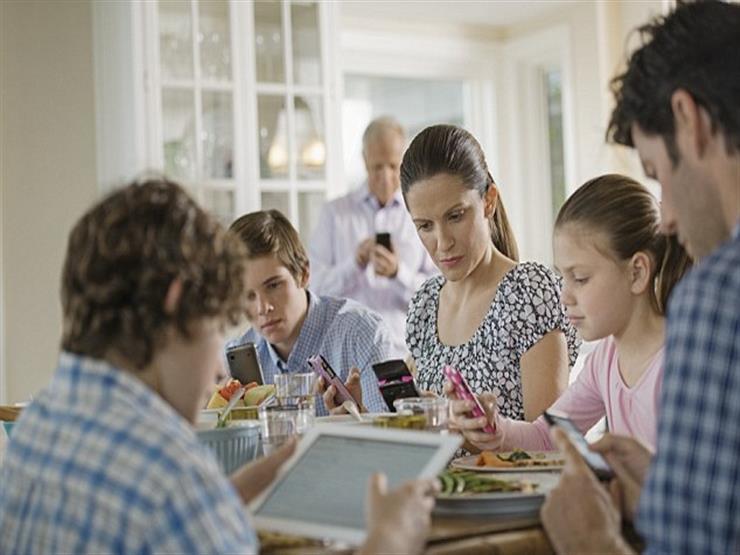 تعرف على تأثير استخدام الهاتف المحمول أثناء تناول الطعام