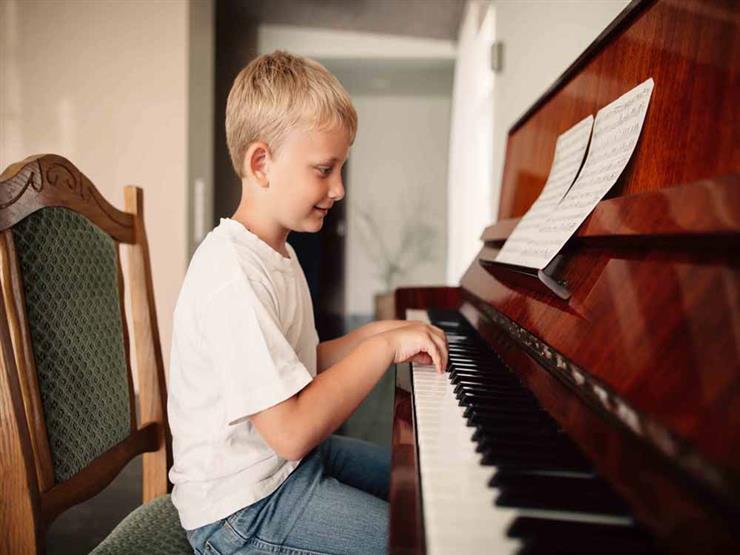 كيف يساعد البيانو على تعزيز المهارات اللغوية لابنائكم