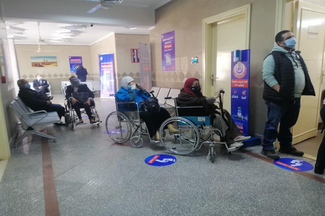 توافد المواطنين بمركز صحة القطامية لتلقي لقاح كورونا