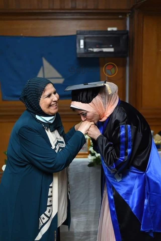الأم المثالية ببورسعيد مع ابنتها