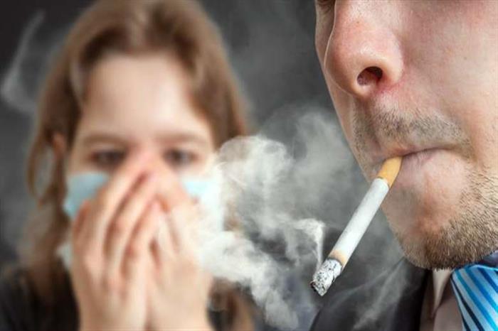 هل يتسبب التدخين السلبي في الإصابة بفيروس كورونا؟