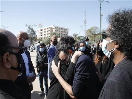 صورة| انهيار المخرج خالد بهجت في جنازة زوجته