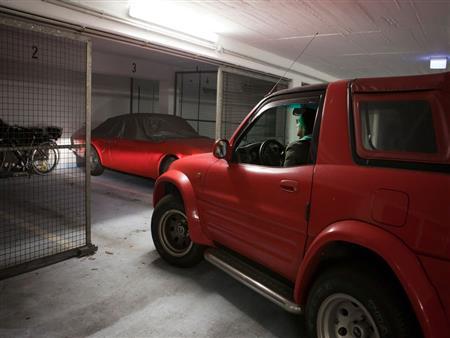 كيف يمكن التأكد من كفاءة إضاءة السيارة من خلال جدار المنزل؟