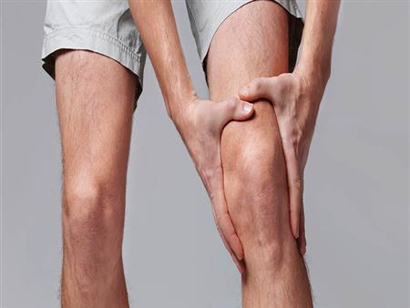 بخلاف الإصابات.. مشكلات صحية تسبب تورم الركبة