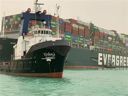 """مناورة التحريك.. كيف نجحت عملية تعويم سفينة """"إيفر جيفن""""؟"""