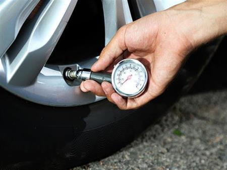 احذر من انخفاض ضغط هواء الإطارات في السيارة