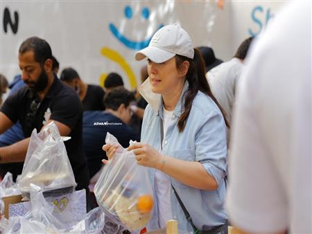 كندة علوش تشارك في إعداد وتوزيع وجبات إفطار