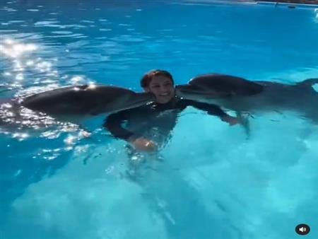 فيديو طريف.. دولفين يقبل هالة صدقي في حمام السباحة