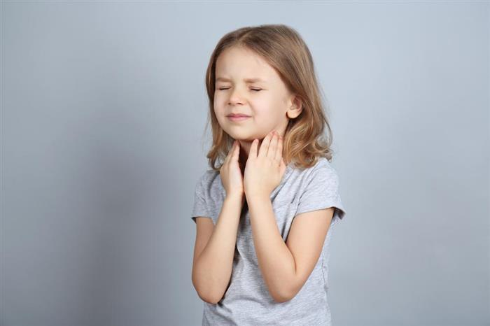 يعاني طفلِك من التهاب الحلق في الصباح؟.. اتبعي هذه الطرق لعلاجه (فيديوجرافيك)