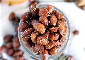 «اللوز بالعسل».. حلوى سريعة وصحية لمائدة اليوم