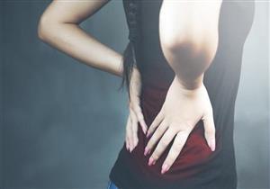طبيب يكشف مخاطر ألم الظهر ليلًا.. علامة على هذا المرض