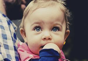 متى يظهر اللون الطبيعي لعيون الأطفال؟