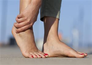 منها النتوءات العظمية.. 5 مشكلات صحية وراء آلام القدم