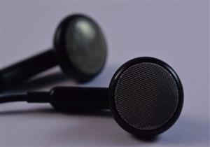بحث يكشف عن أضرار خطيرة تسببها سماعات الأذن