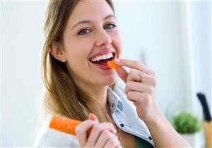 5 أطعمة ومشروبات مفيدة لتنظيف الأسنان.. تعرف عليها (إنفوجرافيك)