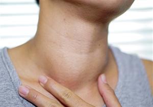 أعراض متعددة تشير لمشكلات الغدة الدرقية.. طبيب يوضحها