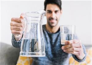 هذا ما يحدث لجسمك حال شرب جالون مياه قبل النوم