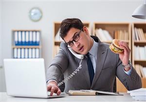تناولها في العمل.. 5 أطعمة صحية تسيطر على الجوع (صور)