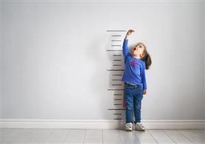 بخلاف المشي والتسنين.. 10 علامات تشير إلى نمو طفلك