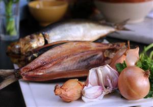 تحميك من أضرارها.. أطعمة ومشروبات احرص على تناولها بجانب الأسماك المملحة