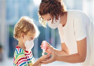 يسبب جروحا كيميائية.. تحذيرات من معقم اليدين للأطفال