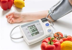 أطباء يقدمون قائمة بالأطعمة المفيدة لمرضى الضغط المرتفع ووقايتهم من مضاعفاته
