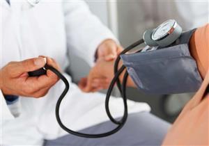 طبيبة تقدم إرشادات  تساهم في خفض ضغط الدم