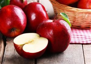 رغم فوائد التفاح المتعددة.. خبيرة تغذية تحذر من تناوله على الريق