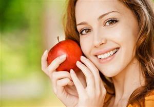 تنظف الأسنان.. 5 أطعمة ومشروبات تخلصك من رائحة الفم الكريهة (صور)