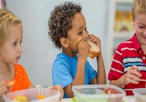 للأمهات.. دليلك لتغذية الطفل أثناء اليوم الدراسي لتجنب الإصابة بكورونا