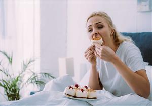 تواجه حزنك بالأكل؟.. أطعمة ومشروبات يحظر تناولها عند تقلب المزاج
