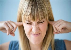 علامة في الأذنين قد تنذرك بنقص فيتامينB12 .. عواقبه خطيرة