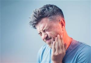 10 عادات يومية تهدد صحة أسنانك.. مضغ الثلج من بينها