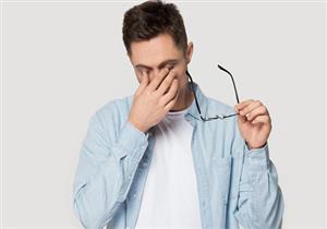 أعراضه مزعجة.. طبيب يوضح أسباب جفاف العين عند الشباب
