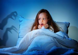 طبيب نفسي يوضح طريقة التعامل مع خوف الأطفال عند النوم