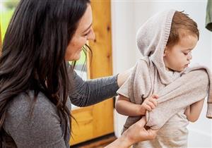 هل الملابس الثقيلة تحمي طفلِك من تقلبات الخريف؟