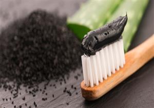 معجون الفحم.. هل يساعد في تبييض الأسنان؟