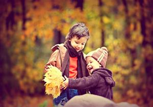 طبيب يوضح الملابس المناسبة للأطفال في فصل الخريف