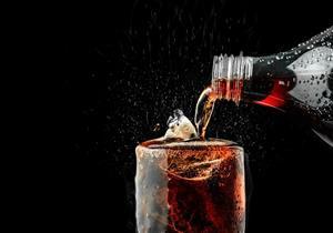 ابتعد عن المشروبات الغازية الداكنة.. تحتوي على مواد خطيرة