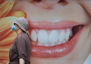 هل يؤثر ارتداء الكمامة لفترة طويلة على صحة الفم؟.. طبيب أسنان يوضح
