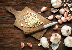 رغم قيمته الغذائية.. 5 أضرار يسببها الثوم لصحتك عند الإفراط فيه