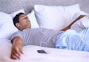 احذر النوم بسماعات الرأس.. قد تهددك بفقدان السمع