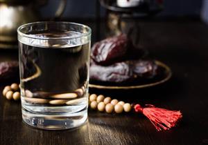 شرب الماء في رمضان.. إليك التوقيت المناسب والكمية الموصى بها يوميًا