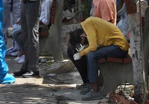 شاب هندي ينقل جثمان والدته المتوفاة بكورونا على دراجة نارية