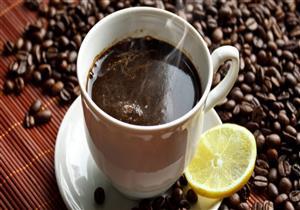 هل إضافة الليمون إلى القهوة يضاعف فائدتها؟.. دراسة توضح
